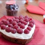 Шоколадное пирожное с фисташками, малиной со вкусом маскарпоне