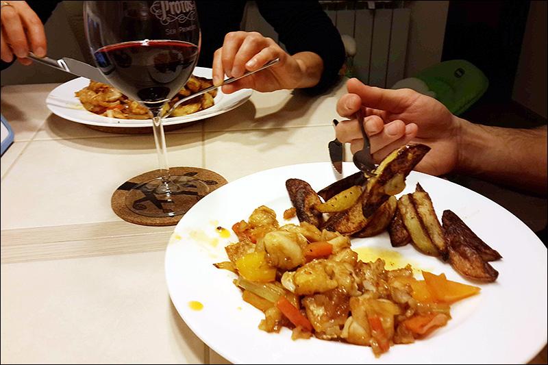 Судак в кисло-сладком соусе с запеченным картофелем