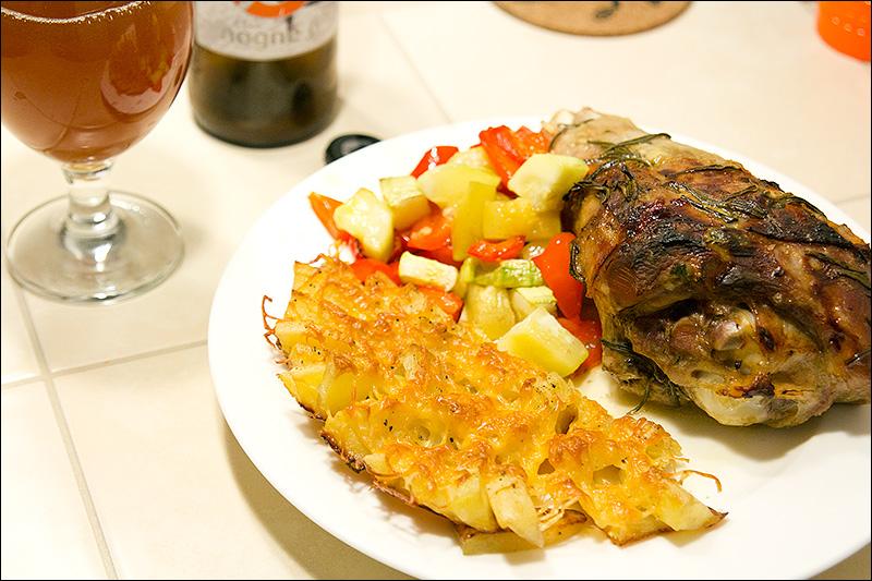 Голень индейки, запеченная с овощами