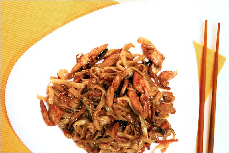 рисовая лапша с курицей и соусом терияки