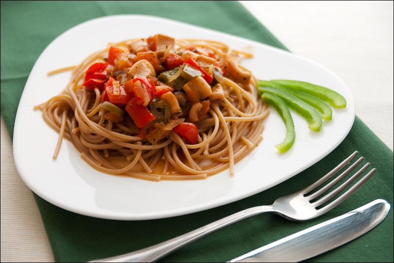 Кальмары с перцем и томатным соусом