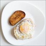 Тост и тост с сыром и помидором под яйцом