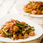 Спаржа с креветками и овощами на воке