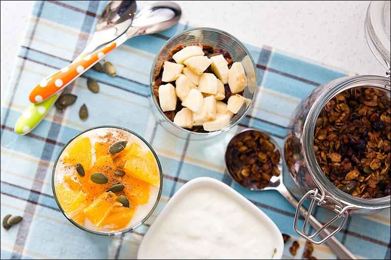 Домашняя гранола с простоквашей и фруктами