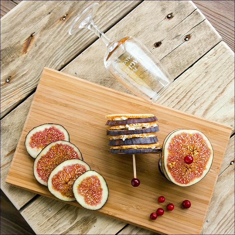 Томатные хлебцы с творожным сыром и инжиром