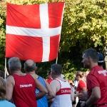 Датчане бегут с флагом :)