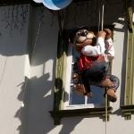 Этот медвежонок то залезает наверх, то спускается вниз :)