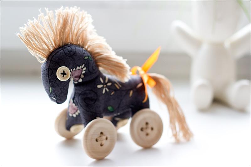 Коняшка на колесиках