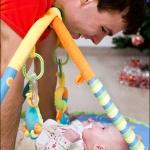 Папа лучше любых игрушек :) Кате 2 месяца.
