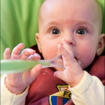 Катя и первая <s>флейта</a>каша. Кате 5 месяцев.