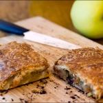Слоеный пирог с яблоками и камамбером
